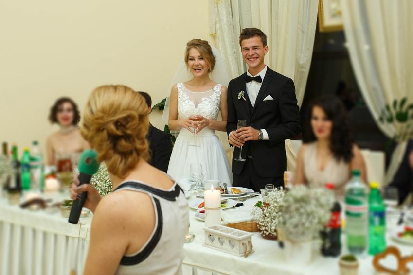 b65cb55b22d56 結婚披露宴よりもカジュアルな二次会では、場を盛り上げるための余興が行われることが多いですよね。 ビンゴゲームやクイズ、歌やダンスの披露や、新郎・新婦について  ...